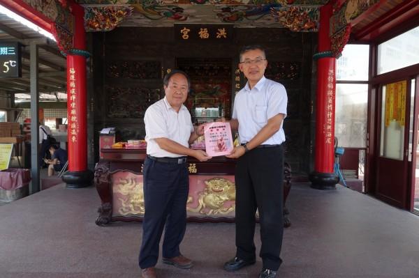 林口電廠廠長朱記民(右)頒給洪福宮主委(左)周坤城綠電認購感謝函。(台電提供)