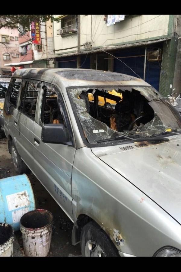 楊男的車子被燒成面目全非。(記者吳政峰翻攝)