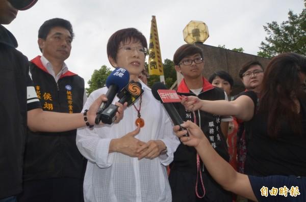 洪秀柱訪八德榮家,受訪時表示,讓台灣社會更祥和,政黨負責人不能只是講講而已。(記者鄭淑婷攝)