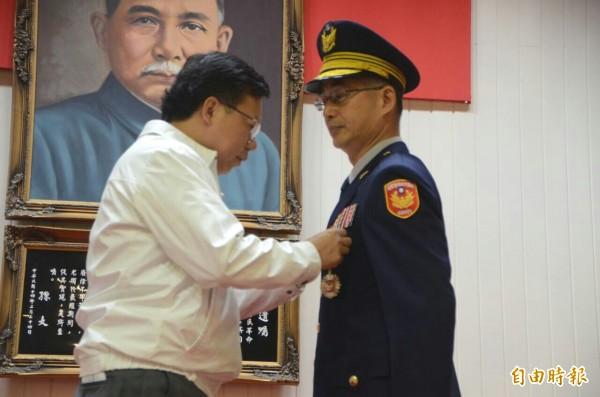 慶祝警察節桃園表揚模範警察等獎項,平鎮分局長廖恆裕獲頒30年警察獎章。(記者鄭淑婷攝)