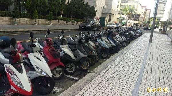 警方提醒機車騎士,到台南火車站周邊停車時,請停入合法的停車格位。(記者王俊忠攝)