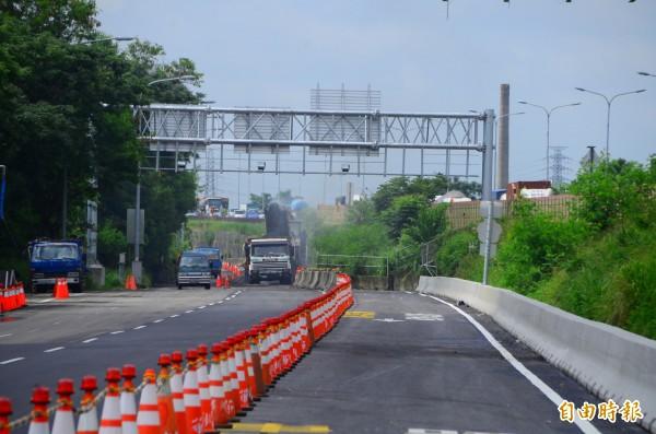 目前正進行入口匝道的路面修整,以利24日開放。(記者吳俊鋒攝)