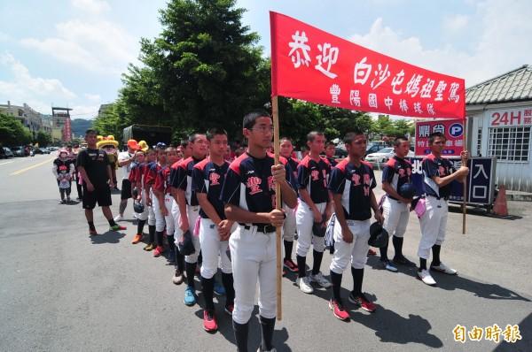 豐陽國中棒球隊到場接駕。(記者李忠憲攝)