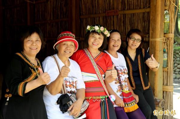 部落千萬女王黃貞英、張英美、中心主任王慧玲、范玉燕、白香蘭(左到右)。(記者邱芷柔攝)