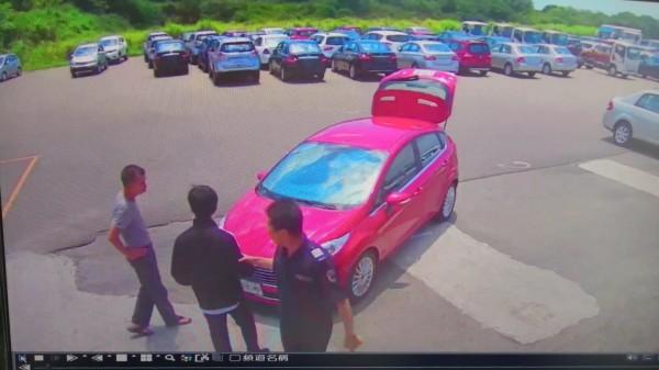 林錦俊涉嫌偷竊汽車集保場內的新車。(記者周敏鴻翻攝)