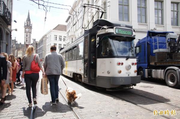 根特市鬧區有卅六公頃徒步區,裡頭限制汽車,只有輕軌、公車、單車與部分貨車可進入,對行人充分尊重。(記者王榮祥攝)