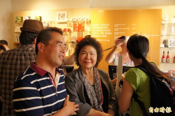 中國遊客認出花媽,主動爭取合影。(記者王榮祥攝)