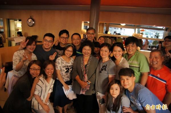 來自台灣的蜜月團在德國餐廳跟陳菊巧遇,紛紛圍著陳菊搶合影。(記者王榮祥攝)
