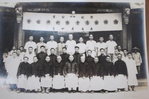 陳姓協恭季出示先人在萬和宮前合影的老照片。(記者何宗翰翻攝)