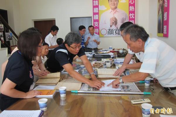 市府人員和信徒代表研究該如何申報。(記者何宗翰攝)