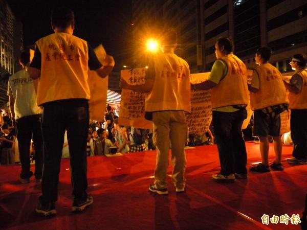 工會代表完成協商條件確認的法律程序、經所有工會代表同意,便宣布撤除罷工線。(記者吳亮儀攝)