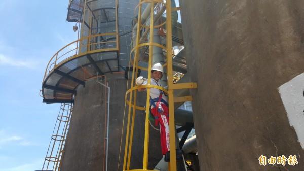 簡吟如是爬上中油林園廠最高塔的首名女性。(記者洪臣宏攝)