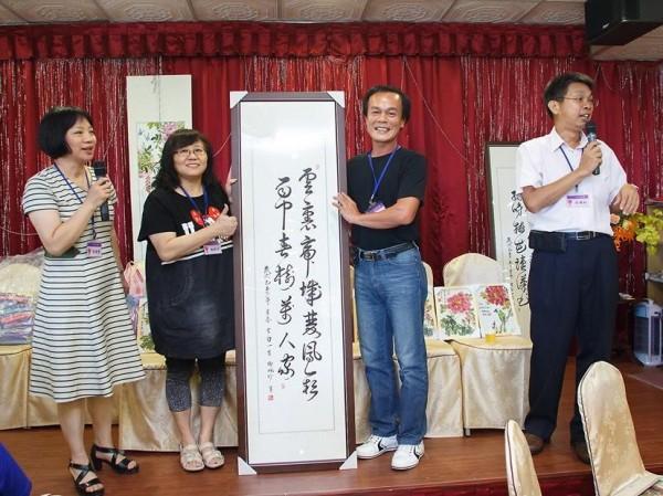 對國畫有專精的謝珮珍(左二)捐畫作在第九屆同學會進行義賣,做為母校棒球隊基金。(記者張勳騰翻攝)