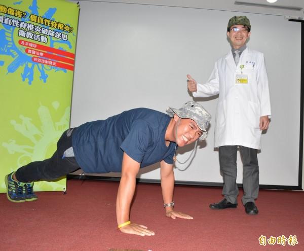 罹患僵直性脊椎炎的洪義勝(左)接受秀傳醫師林泓科(右)治療後,重拾型男身材與活力。(記者湯世名攝)