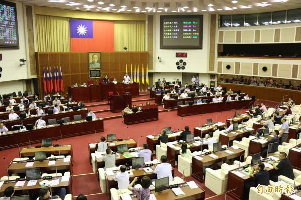 台北西站拆遷卡關,北市議會進行記名表決,最後同意交通局動支拆遷費。(記者盧姮倩攝)