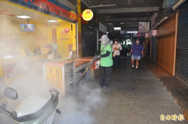 清潔人員進行噴藥消毒的工作(記者葉永騫攝)