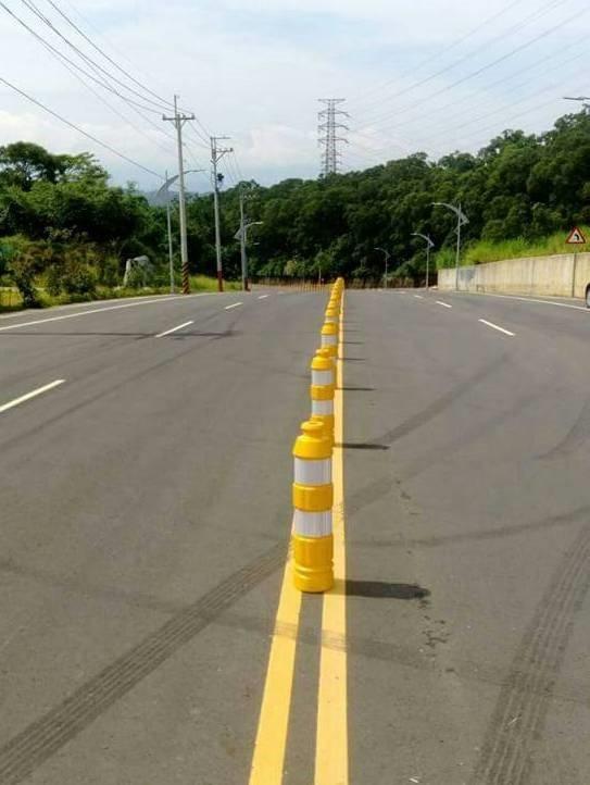新竹縣政府工務處已經在福爾摩沙高速公路茄苳交流道聯絡道的路面中央緊急加裝軟式防撞桿。(圖由警方提供)
