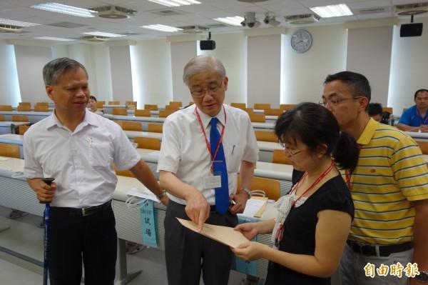 大學指考首日,台灣大學校長楊泮池(左二)巡視身障考場,關心試務狀況。(記者吳柏軒攝)