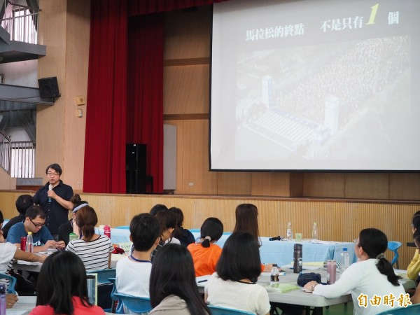 TVBS關懷台灣基金會董事長李濤到桃園區青溪國小演講,他建議教師要鼓勵學生多元發展。(記者陳昀攝)