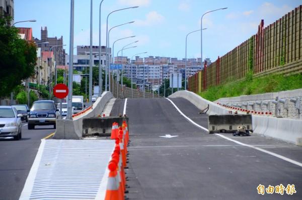 大灣交流道南下出口匝道本月6日啟用,協助紓解中山高壅塞的車流。(記者吳俊鋒攝)
