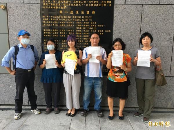 NGO團體向台中市議會提出5件人民請願案,希望在大會上討論。(記者張菁雅攝)