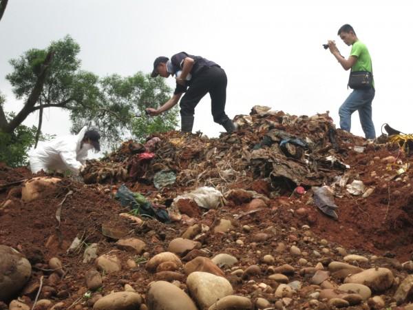 新竹縣湖口鄉公所在軍用地挖出的龐大廢棄物,經化驗含有害事業廢棄物;但除非追查到行為人,否則依廢棄物清理法應由當時的土地管理人負責。(記者廖雪茹翻攝)