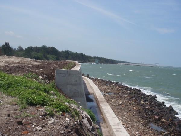 新竹縣海岸防風林遭濫倒龐大廢棄物,現場已施作防護牆。(記者廖雪茹翻攝)