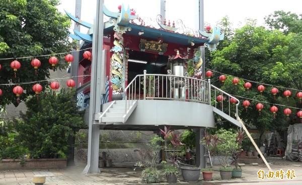 位於士林三腳渡碼頭的天德宮,颱風一來就會搭著電梯成為「天空之廟」。(記者陳嘉銘攝)