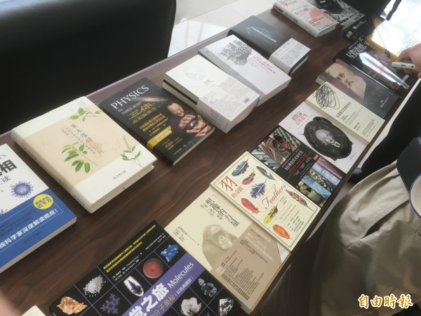 會場展出本次入圍的書籍。(記者吳柏緯攝)