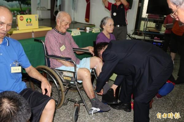 老人家穿上配有足弓矯正器鞋子,走路能有明顯提升。(記者詹士弘攝)