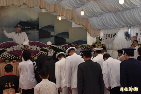 蔡英文總統率領政府官員向黃文忠船長鞠躬送別。(記者蘇福男攝)