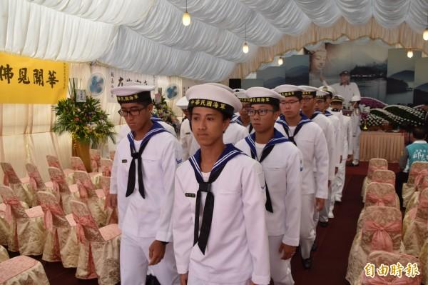 金江艦官兵到場送別黃船長,但闖下大禍的飛彈中士高嘉駿等4人並未現身。(記者蘇福男攝)