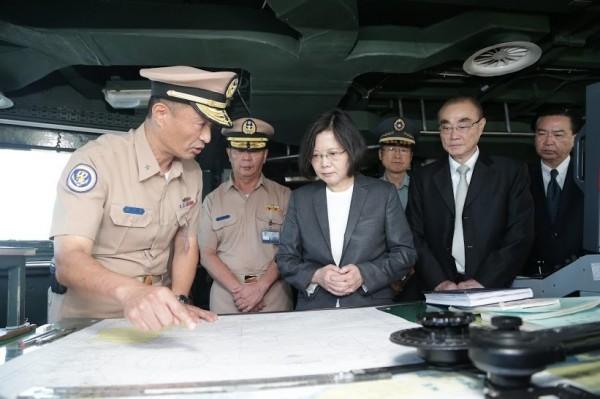 蔡英文登上迪化軍艦了解巡航任務。(圖:國防部提供)