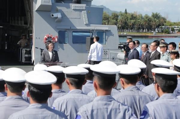 蔡總統在迪化軍艦上發表談話。(圖:國防部提供)。