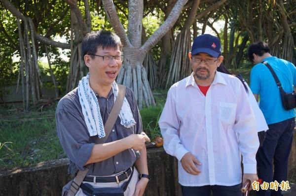 南華大學老師周平(右)與謝青龍(左)今早9時從南華校門口出發環島。(記者曾迺強攝)