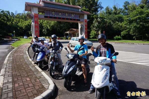 南華大學老師周平(左2)與謝青龍(左3)今早從南華校門口出發環島,3名學生將陪同騎乘。(記者曾迺強攝)