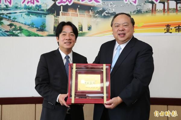 台南市警察局陳子敬局長將於7月16日屆齡退休,市長賴清德上午頒贈紀念獎座,稱許陳子敬功在台灣、功在台南。(記者王涵平攝)