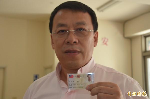 中國民運人士燕鵬來台12年,終於拿到熱騰騰的台灣身分證。(記者李容萍攝)