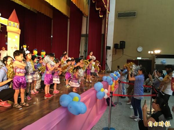 雲林縣五所早療中心今天聯合畢業典禮,家長開心為孩子拍照留念。(記者黃淑莉攝)