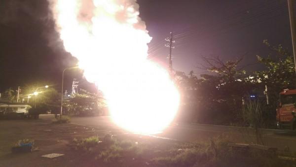 火場疑似有鎂合金等金屬化學物質外洩,炸出一團火球。(記者黃旭磊翻攝)
