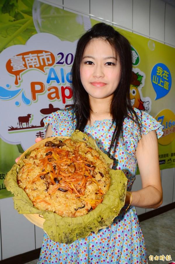公所結合傳統料理的做法,推出了木瓜銷魂飯。(記者吳俊鋒攝)
