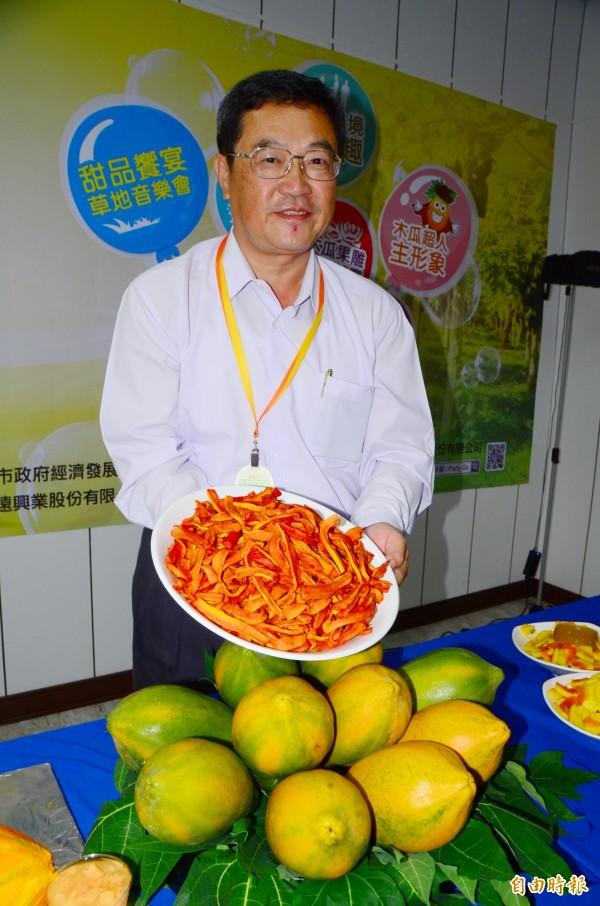 不讓芒果乾專美於前,山上特製的木瓜乾也很可口。(記者吳俊鋒攝)