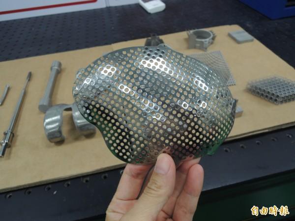 國研院結合產業成立的3D列印聯合實驗室,可廣泛運用在牙套、膝關節、頭蓋骨、脊椎盤融合器與手術機械等醫療產品上。(記者廖雪茹攝)