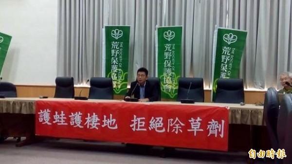 綠黨新竹縣議員周江杰要求縣府年底前制定非農用除草劑管理自治條例。(記者黃美珠攝)