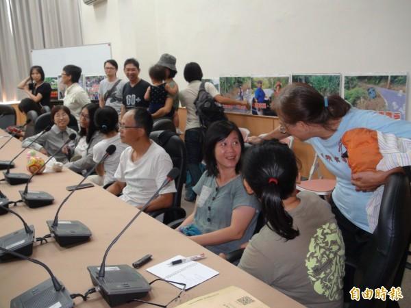 荒野保護協會新竹分會今天踴躍出席,支持綠黨新竹縣議員周江杰所召開的護蛙護棲地、拒絕除草劑的記者會。(記者黃美珠攝)