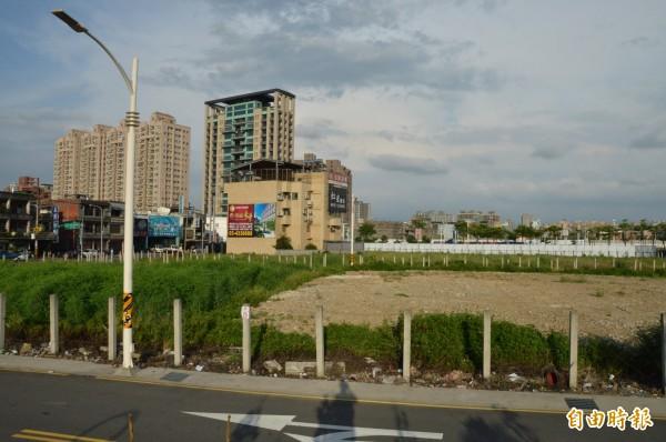 市府標售中路抵費地,位於桃園區永安路一千多坪土地,底價七億餘元。(記者謝武雄攝)