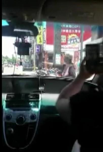 網友表示,最後婦人假裝被撞,還高喊「撞人了」。(畫面擷取爆料公社)
