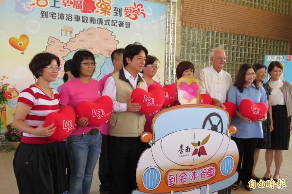 台南市第2部到宅沐浴車啟動,未來將可造福更多失能長者。(記者蔡文居攝)