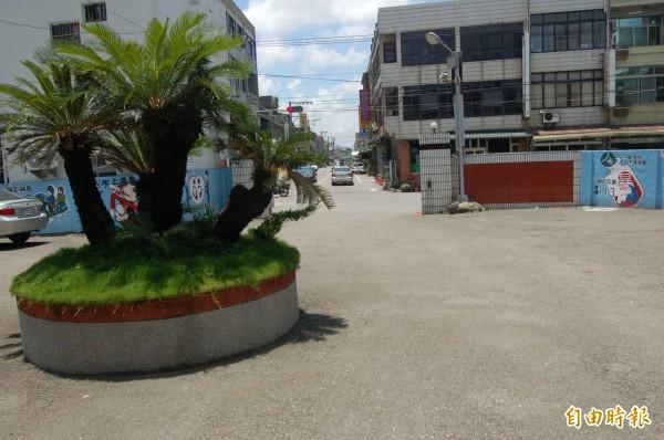 東勢分駐所門口正對大馬路,警界相傳種鐵樹可辟邪、化解煞氣。(記者陳燦坤攝)