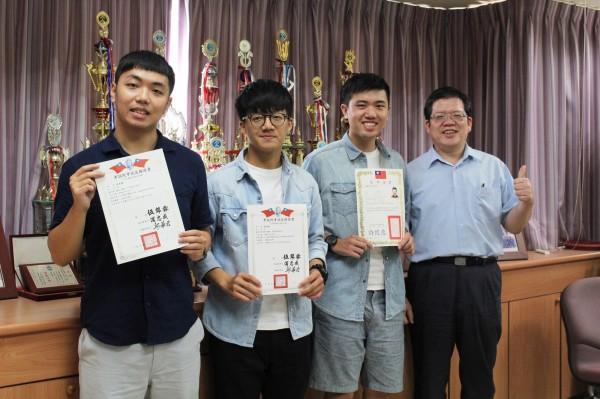 高雄第一科大環安所碩士生江逸鵬(左起)、林偉政和陸彥儒一舉考取專技高考技師證書。(圖由高雄第一科大提供)